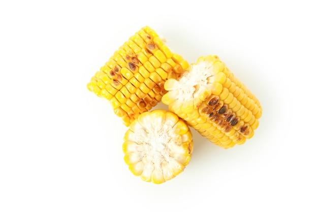 흰색 배경에 고립 된 맛있는 구운 옥수수