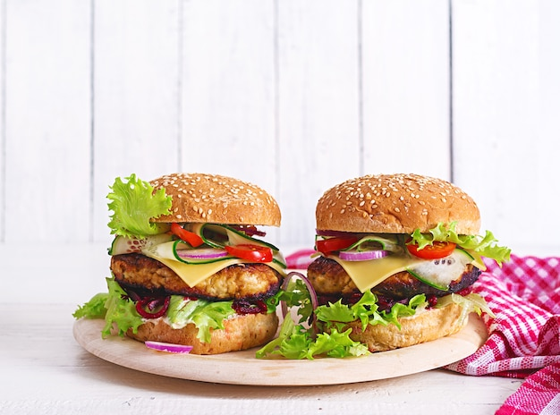 ハンバーガーチキン、トマト、チーズ、キュウリ、レタス、ビートルートのおいしい自家製ハンバーグ。サンドイッチ。ランチ