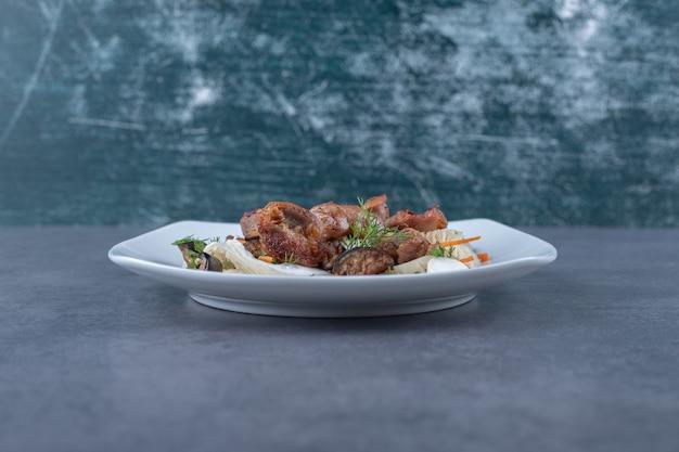 하얀 접시에 맛있는 구운 케밥.