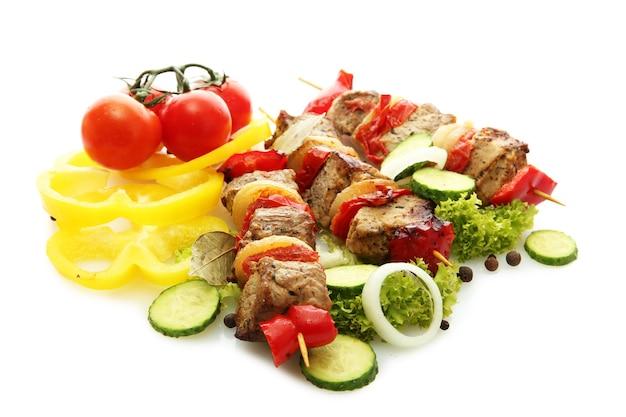 흰색 표면에 고립 된 꼬치에 맛있는 구운 고기와 야채