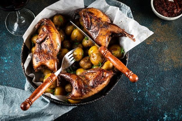 Вкусные тушки перепелов на гриле на тарелке