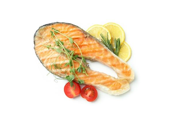白い背景に分離されたおいしい焼き鮭