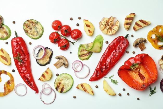 Вкусные овощи-гриль на белом, вид сверху