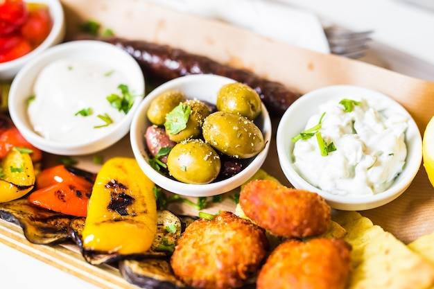 Вкусные овощи-гриль со свежими зелеными оливками.