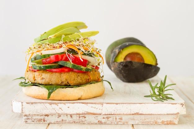 Вкусный гамбургер и авокадо