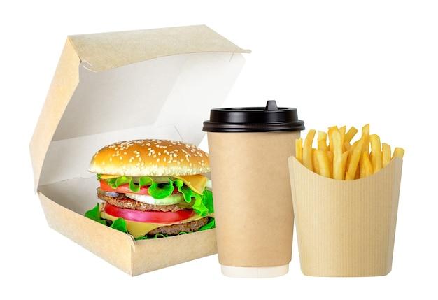 白い背景で隔離の段ボールのパッケージでおいしいハンバーガーフライドポテトとコーヒー
