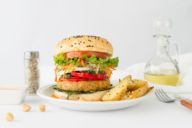 Вкусный гамбургер с картошкой фри