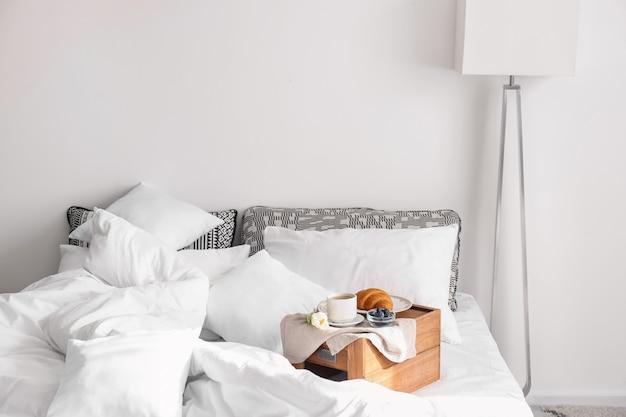 Вкусный здоровый завтрак на кровати