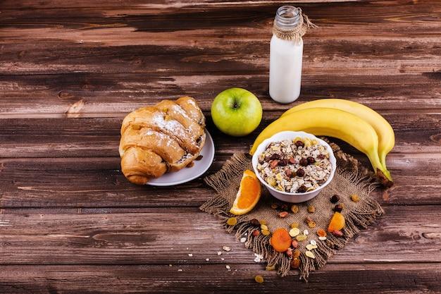 견과류, 사과, 바나나로 우유와 죽으로 만든 맛있는 건강식 아침 식사