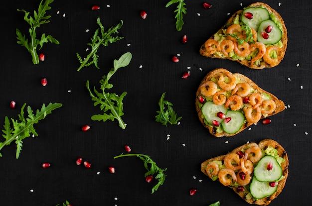 Вкусная полезная закуска с тостами из авокадо, огурцом и креветками