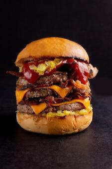 Вкусный домашний гамбургер. бургер изолирован