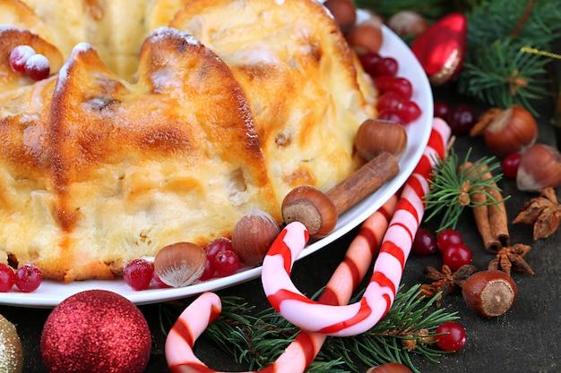 Вкусный домашний рождественский торт, на сером деревянном фоне