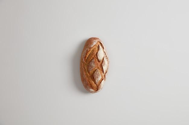 흰색 표면에 맛있는 수제 영양 농부 빵. 빵집 및 음식 개념. 평평하다. 누룩에 프랑스 빵. 유기농 건강 영양 개념. 천연 농산물, 농업
