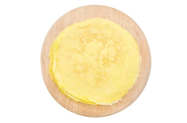 白い表面のプレートにおいしい自家製パンケーキ