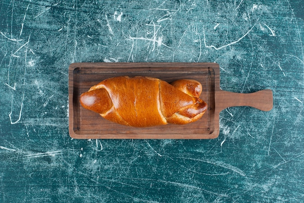 나무 판자에 맛있는 홈메이드 패스트리.