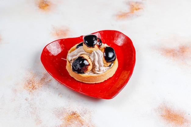 화이트 초콜릿을 곁들인 맛있는 수제 피스타치오 에끌레어.