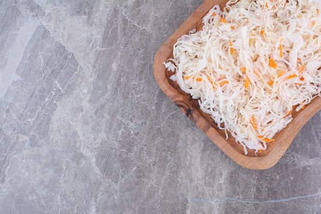 Gustosi crauti fatti in casa su tavola di legno.