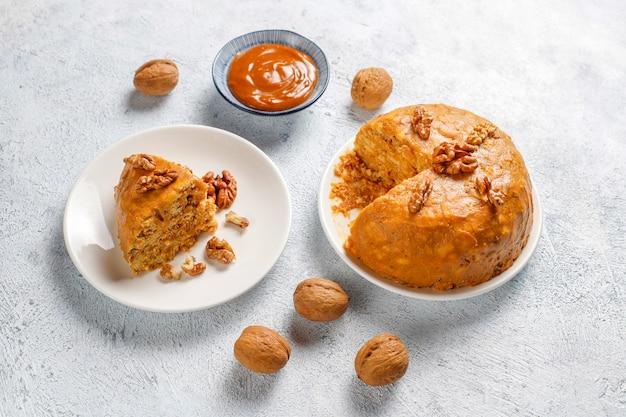 Вкусный домашний советский муравейник с грецким орехом, сгущенным молоком и печеньем