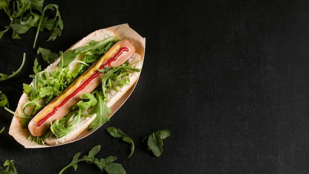 Вкусный хот-дог с копией пространства овощей