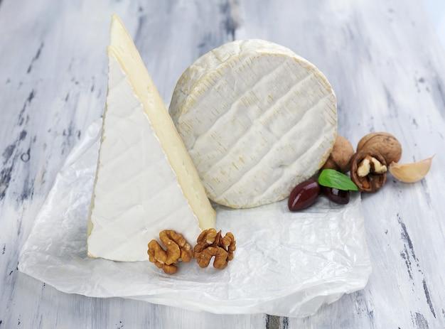 Вкусный итальянский сыр на деревянном столе