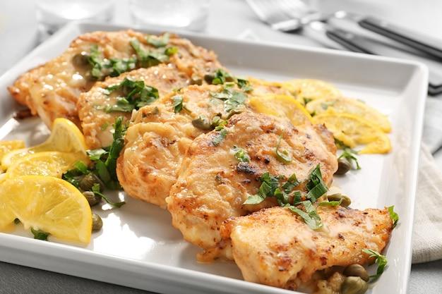 접시에 레몬 맛있는 이탈리아 치킨 piccata