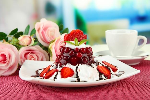 밝은 배경에 신선한 딸기를 곁들인 맛있는 젤리 디저트