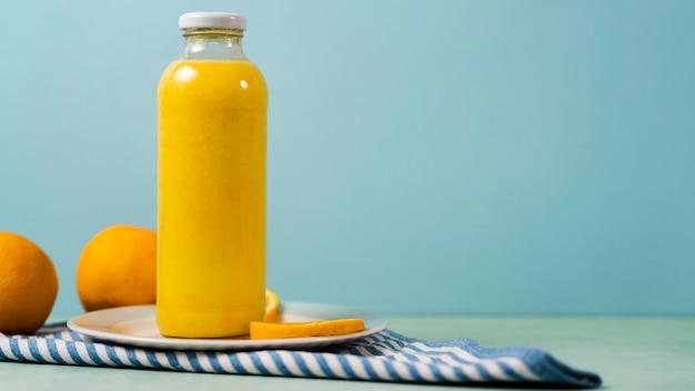 Gustosa bottiglia di succo e arance