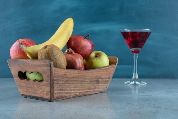 Gustoso succo con cubetti di ghiaccio e vari frutti.