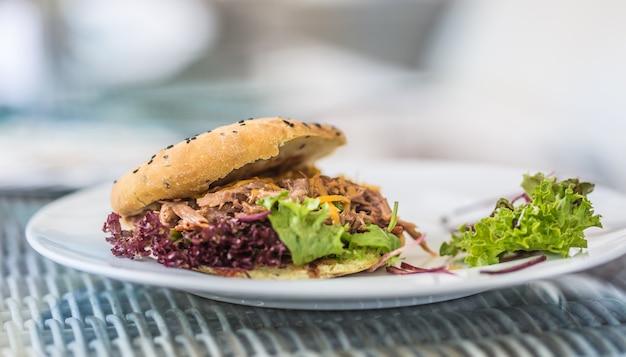 Вкусный гамбургер кебаб из овощного салата на тарелке.