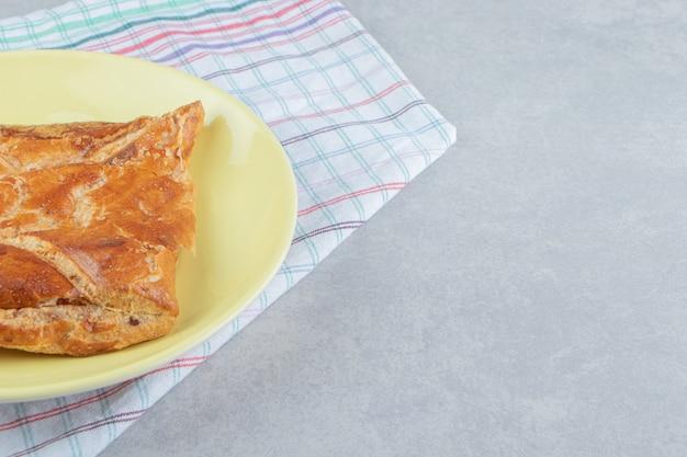 노란색 접시에 맛있는 카차푸리 페이스트리.