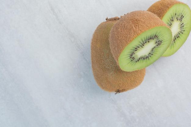 石のテーブルの上のおいしいキウイフルーツ。高品質の写真
