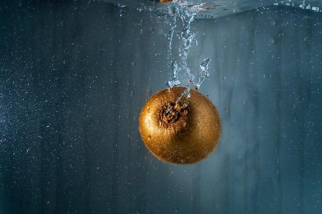 おいしいキウイが水に浸かっている