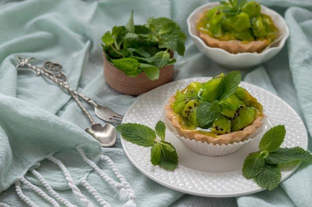 Вкусные пироги с киви и мятой на ткани