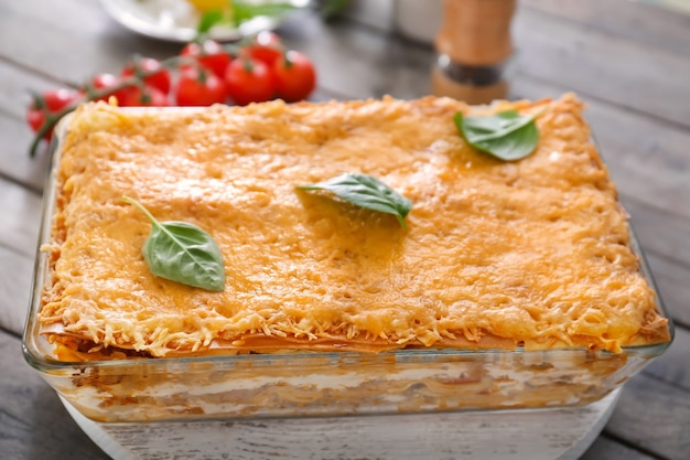 木の板のベーキング皿のおいしいラザニア
