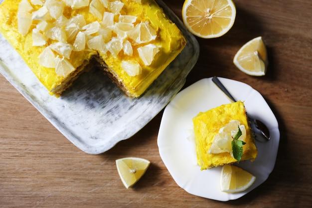 木製のテーブルにおいしいレモンデザート