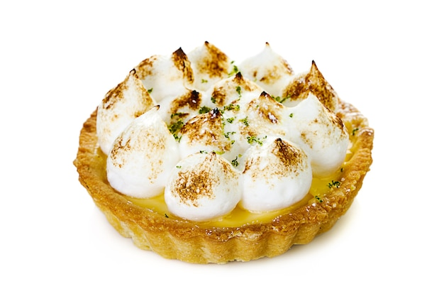 Вкусные лимонные тарталетки безе с мятой, изолированные на белом