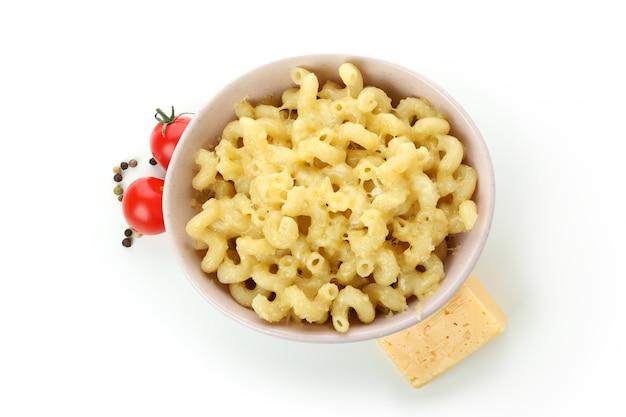 白い背景で隔離のおいしいマカロニとチーズ