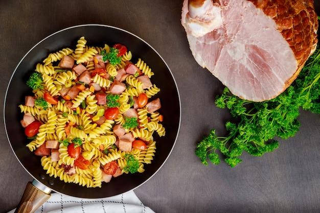 野菜とカットハムのおいしいマカロニ。上面図。