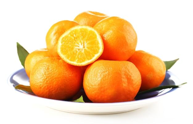 Вкусные мандарины на тарелке, изолированные на белом фоне