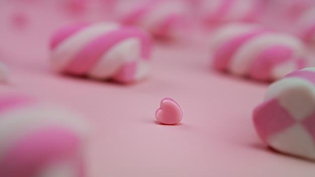 Вкусный зефир на розовом фоне