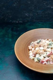 Gustosa insalata maionese all'interno del piatto marrone sulla scrivania scura