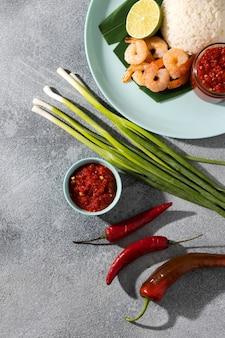 Вкусное блюдо с оформлением самбала