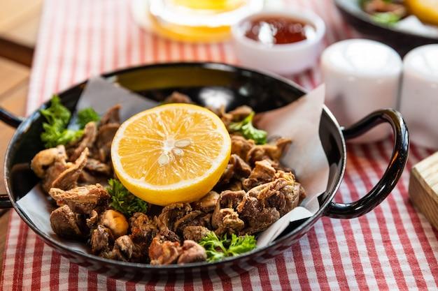 レモンとおいしい肉料理のルーレットをクローズアップ