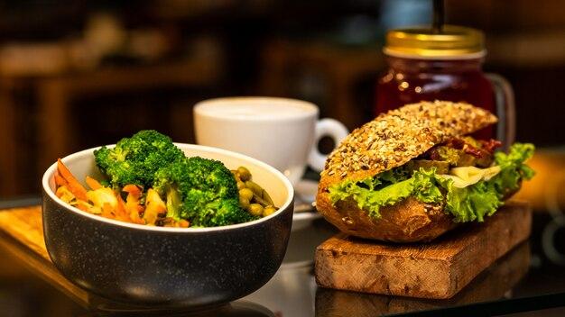 サンドイッチ、コーヒー、ジュース、植物のおいしい肉サラダ