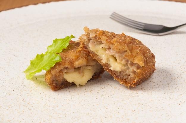 Вкусные мясные зразы с сыром на тарелке крупным планом
