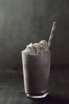 ストローでおいしいミルクセーキドリンク