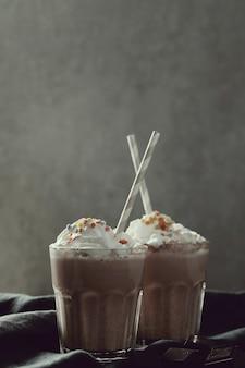 Вкусный коктейль с соломинкой