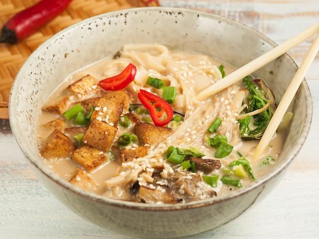 맛있는 된장라면 채식 스프. 아시아 요리