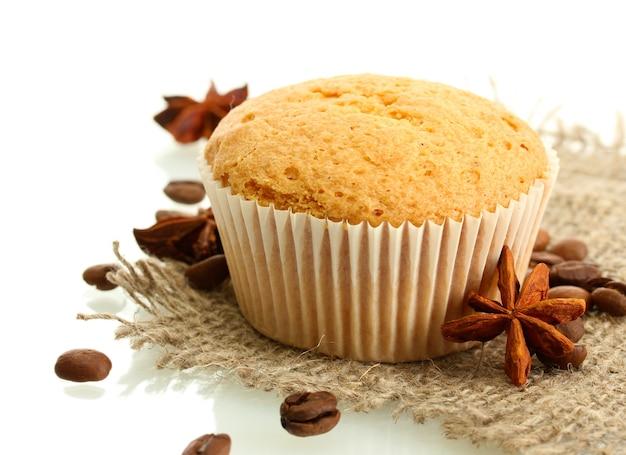 白で分離された黄麻布、アニス、コーヒーの種のおいしいマフィンケーキ
