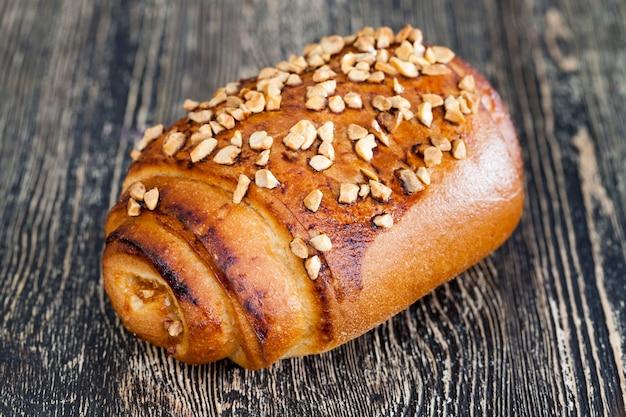 Вкусный кекс с арахисом, обжаренный на черной деревянной доске, деревенская еда.